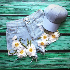 🌼ONE PAIR LEFT! 🌼Daisy Embroidered Shorts🌻