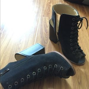 Shoes - Cute zip up Booites