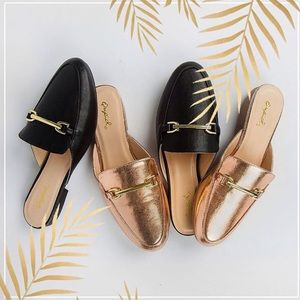 Shoes - ✨JUST IN✨ NWT. Black loafer w/ gold chain