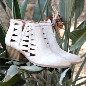 Shoes - 🌹Taupe cutout ankle booties