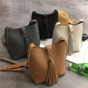 Handbags - NEW🎉Vintage faux leather tassel bag 💼