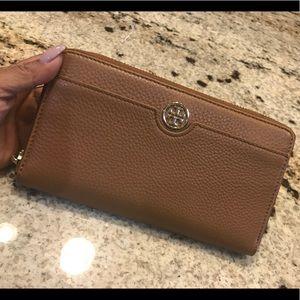 Handbags - Tory burch Robinson pebbled zip continental wallet