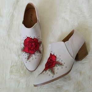 Shoes - 🎉HP🎉Rose Embroidered Booties