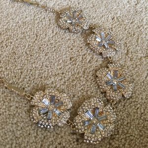 Jewelry - Beautiful sparkly floral necklace