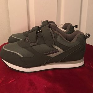 d5cfc971ae03 Wal Mart Shoes - Mens Grey Velcro Shoe size 7W