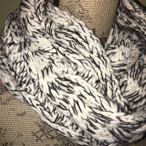 American eagle black and white knit scarf