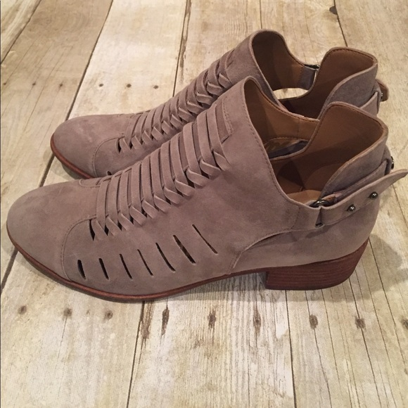da5ca9197 SAM EDELMAN NWT ankle booties in Taupe 8 or 8.5