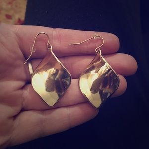 Jewelry - Antique Goldlike Metal dangle Earrings!!
