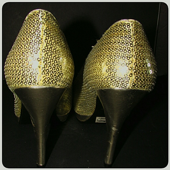 Wet Seal Shoes - Wet Seal New With Defects Gold Sequin Pumps 8M