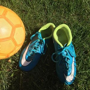 Girls size 4.5 Nike soccer cleats.