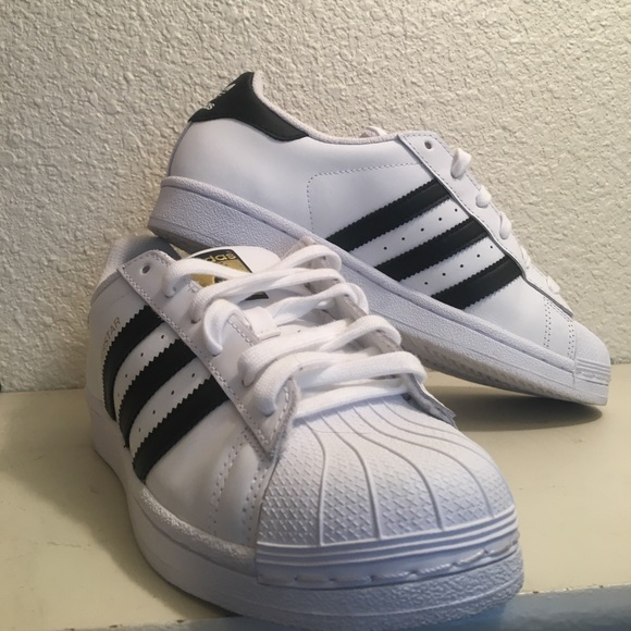 Adidas zapatos de las mujeres poshmark superestrellas