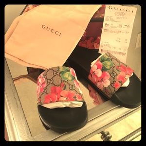 647aa475021 Gucci Shoes - 💯Authentic Gucci GG Blooms Supreme slide sandal