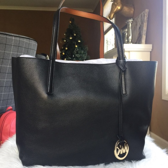 16a1588f30a7 Michael Kors Bags | Izzy Large Reversible Leather Tote | Poshmark