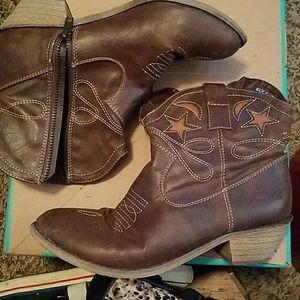 Shoes - ankle cowboy boots