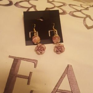 Jewelry - Nwt  earrings with  beautiful blush roses