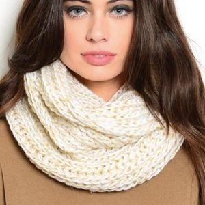 🆑 Chunky Cream Cable-Knit Scarf