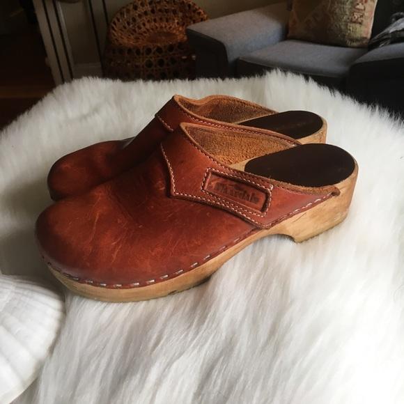 2ca699b16c924 Vintage Swedish leather clogs