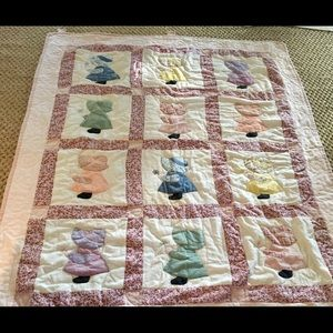 Other - Adorable Quilt with Girls in Bonnets. So soft!