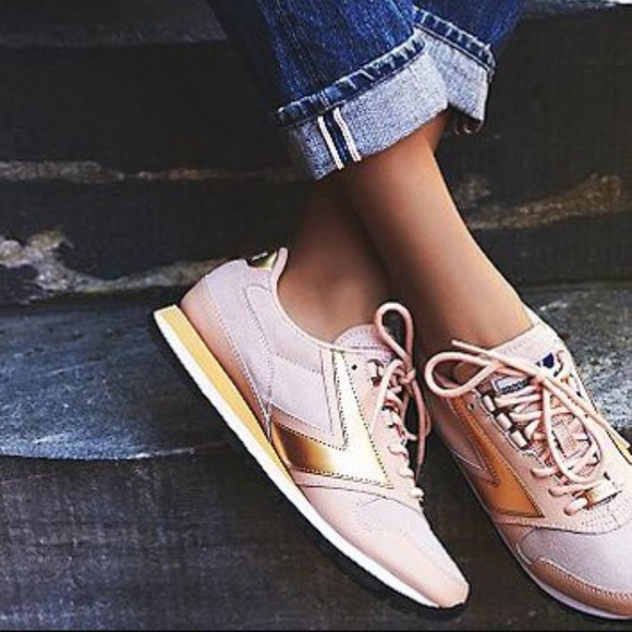 35e17f2f46ac Brooks Shoes - Pink   Gold Brooks Chariot Sneaker