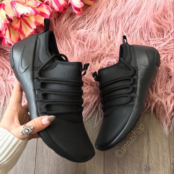 NWT Nike payaa premium black