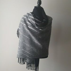 Accessories - Houndstooth Wrap