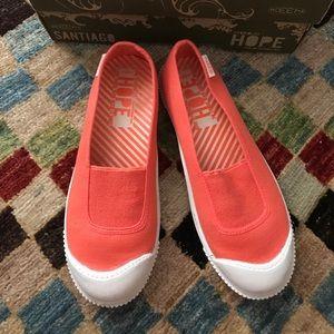 Keen slip on sneakers in coral sz 7.5