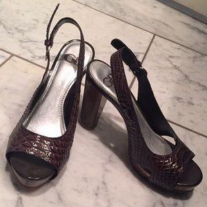 Gianni Bini snake print  w/ wooden platform & heel