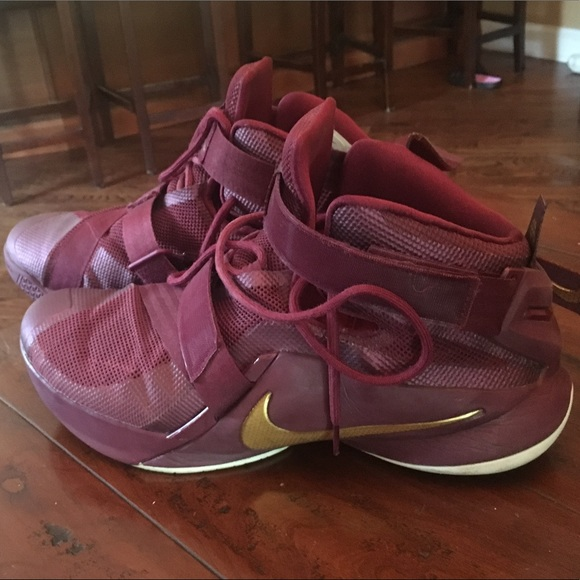df077169f3677 NIKE LEBRON ZOOM SOLDIER 9 MAROON   GOLD SNEAKERS.  M 59aedc694127d0447d03a444
