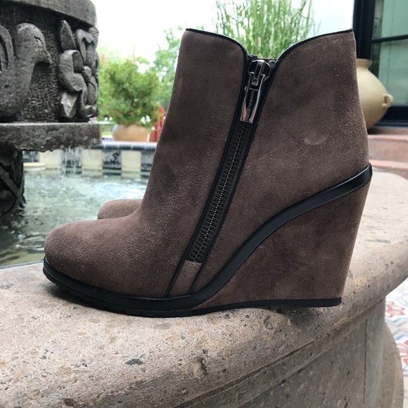 4a4c0f1829ac VINCE CAMUTO JEFFERS ANKLE BOOTIE WEDGE SIZE 9.5. M 59b1ecb113302a2b0d00d63a