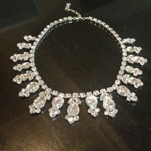 Jewelry - Gorgeous silver/crystal necklace