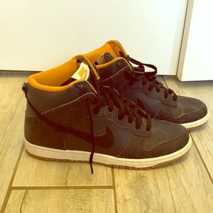 """Nike women's """"Dunk Hi"""" in black and gold"""
