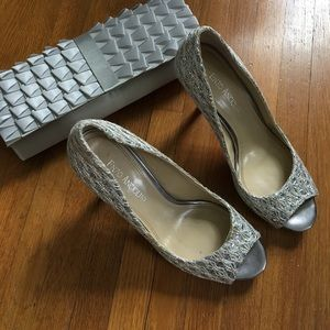 Gorgeous silver peep toe pumps!