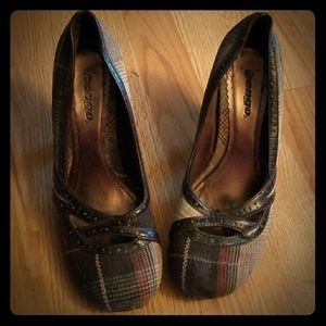 Perfect for fall! Cute plaid HEELS, leather detail