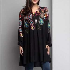 Tops - ✨HP✨PLUS-  Black Garden V-Neck Boyfriend Tunic -