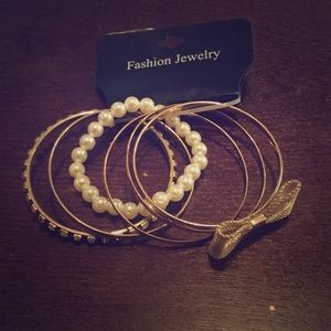 Jewelry - Assorted gold and pearl bracelet set