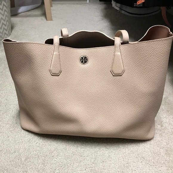"3ac3c1997168 M 59b7436368027889a00b4a1b. Other Bags you may like. Tory Burch Leather  ""Light Oak"" York Buckle Tote"
