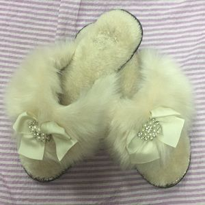 Shoes - Adorable fuzzy flip flop slippers