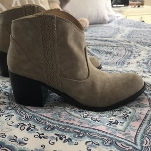 EUC ankle boot