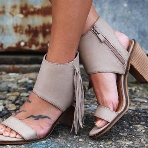 NIB The 'Vermont'Tasseled Open Toed Stacked Sandal