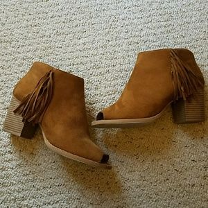 Shoes - Adorable Fringe Peep-toe booties