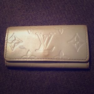 SALE✨LV grey silver vernis key holder