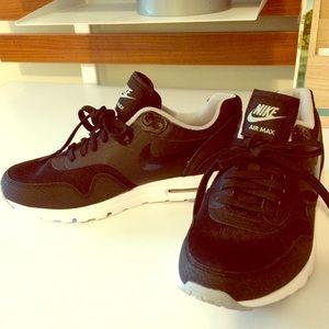 Nike air max black sneakers size 6 worn twice.