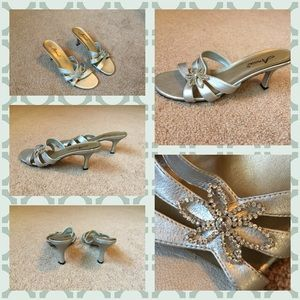 Shoes - 🔥Silver heels with Rhinestone flower size: 8