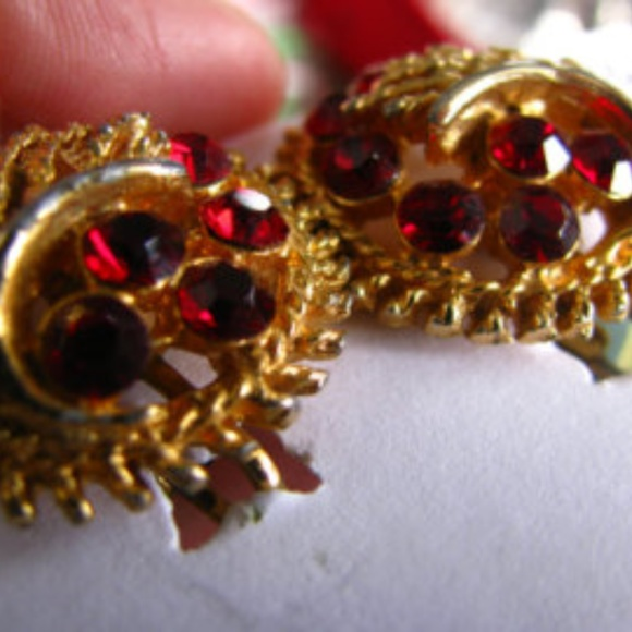 Vintage Jewelry - 1940s PERFECT red glass nouveau clip eararings