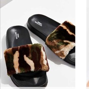 New! Camo  fuzzy slides 🌲🍁