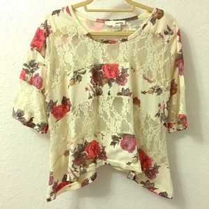 🌺 Fun floral and lace tee!