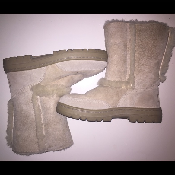 3eb6f9bdaae 💯Orig UGG boots. Barely used, 6 but fits 7