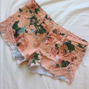 Peach Floral Distressed Shorts🌿