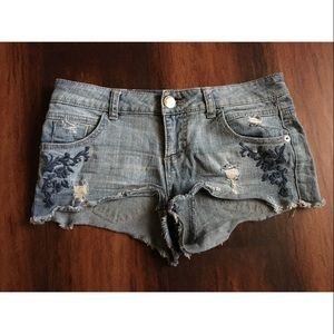 Pants - Embroidered denim shorts