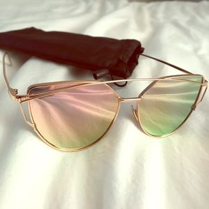 Mirrored sunglasses with pink tint